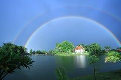 tvilling- regnbåge Arkivbild