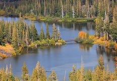 Tvilling- sjöar near kolossala sjöar Arkivbild