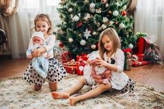 Tvilling- små flickor med gåvor Fotografering för Bildbyråer