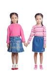 Tvilling- systrar för asiat som rymmer händer Arkivbild