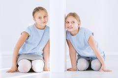 Tvilling- systrar på motsatta sidor arkivfoton