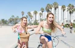 Tvilling- systrar som går på cykeln fotografering för bildbyråer