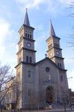 Tvilling- tornspiror och kyrklig ingång Arkivfoton