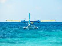 Tvilling- uttersjöflygplan på Maldiverna Royaltyfri Fotografi