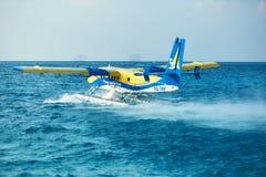 Tvilling- uttersjöflygplan på Maldiverna Royaltyfria Bilder