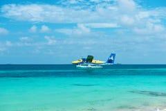Tvilling- uttersjöflygplan på Maldiverna Royaltyfri Foto