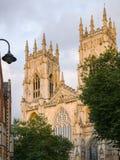 Tvilling- (västra) står högt på den York domkyrkan (domkyrkan) Arkivfoton