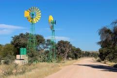 Tvilling- windpumps i Namibia Royaltyfri Foto