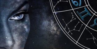 Tvillingarnahoroskoptecken Bakgrund för himmel för astrologikvinnanatt arkivfoto