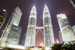 Tvillingbröder Kuala Lumpur, Malaysia på natten Arkivbild