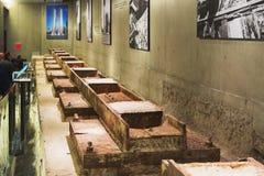 Tvillingbroderfundament återstår i det minnes- museet nationell 9-11 i lägre Manhattan, New York Royaltyfri Bild
