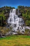 Tvindefossen vattenfall, vårmiddag arkivbilder