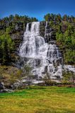 Tvindefossen-Wasserfall, Frühlingsmittag stockbilder