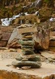Tvindewaterval en stenenstapel - Noorwegen Stock Afbeelding