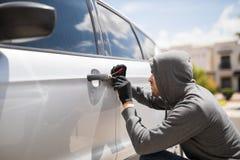Tvinga tillträdeet och att stjäla en bil arkivfoton