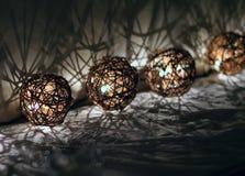 Tvinna dekorativa julljus för bollen Royaltyfria Foton