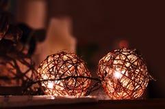 Tvinna dekorativa julljus för bollen Royaltyfria Bilder