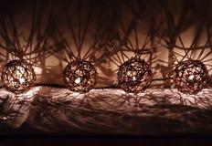 Tvinna dekorativa julljus för bollen Arkivfoto