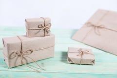 Tvinnar skyler över brister slåget in kraft för gåvaaskar som papper binds med, och snöflingan, och bundet med tvinna Med kopiera arkivfoto