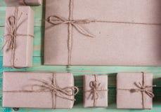Tvinnar skyler över brister slåget in kraft för gåvaaskar som papper binds med, och snöflingan, och bundet med tvinna Med kopiera royaltyfria foton