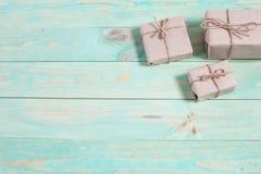 Tvinnar skyler över brister slåget in kraft för gåvaaskar som papper binds med, och snöflingan, och bundet med tvinna Med kopiera arkivfoton