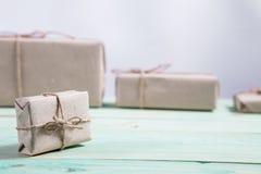 Tvinnar skyler över brister slåget in kraft för gåvaaskar som papper binds med, och snöflingan, och bundet med tvinna Med kopiera royaltyfri bild