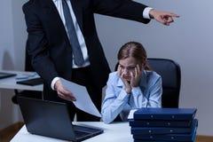 Tvist mellan framstickandet och anställd arkivbild