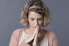 Tvivla och oroa begreppet för tänkande 20-talkvinna Royaltyfria Bilder