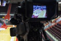 Tvkamera för TV-sändning av basketmatchen Royaltyfri Fotografi