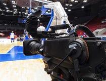 Tvkamera för TV-sändning av basketmatchen Arkivbilder