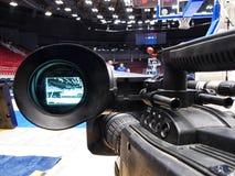 Tvkamera för TV-sändning av basketmatchen Arkivfoto