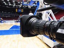 Tvkamera för TV-sändning av basketmatchen Fotografering för Bildbyråer