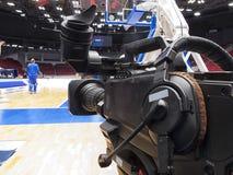 Tvkamera för TV-sändning av basketmatchen Royaltyfri Foto