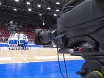 Tvkamera för TV-sändning av basketmatchen Arkivbild