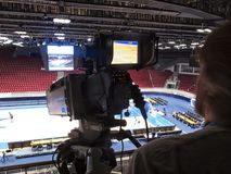 Tvkamera för TV-sändning av basketmatchen Royaltyfria Foton