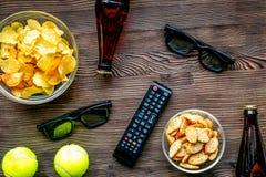TVkontroll, mellanmål, öl på bästa sikt för träbakgrund fotografering för bildbyråer