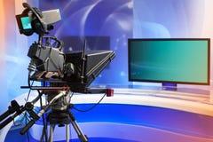TVNYHETERNAstudio med kameran och ljus royaltyfri foto