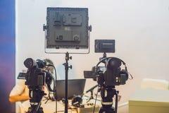 TVNYHETERNAstudio med kameran och ljus royaltyfria foton