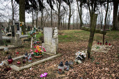 TVRDOMESTICE, ΣΛΟΒΑΚΙΑ - 12 3 2016: Τάφοι, ταφόπετρες και crucifixes στο παραδοσιακό νεκροταφείο Votive φανάρι και λουλούδια κερι Στοκ φωτογραφία με δικαίωμα ελεύθερης χρήσης