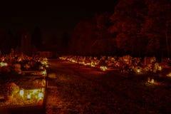 TVRDOMESTICE, СЛОВАКИЯ - 2 11 2015: Votive свечи фонарика горя на могилах в кладбище на nighttime весь канун hallows Стоковое Изображение
