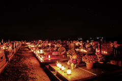 TVRDOMESTICE, СЛОВАКИЯ - 2 11 2015: Votive свечи фонарика горя на могилах в кладбище на nighttime весь канун hallows Стоковое фото RF