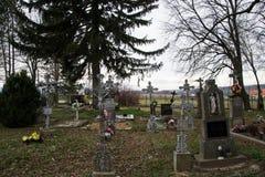 TVRDOMESTICE, ESLOVÁQUIA - 12 3 2016: Sepulturas, lápides e crucifixos no cemitério tradicional Velas votivas da lanterna e as fl Fotografia de Stock