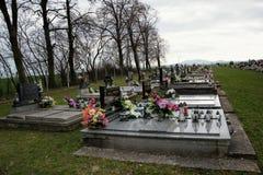 TVRDOMESTICE, ESLOVAQUIA - 12 3 2016: Sepulcros, piedras sepulcrales y crucifijos en cementerio tradicional Velas votivas de lint Fotografía de archivo