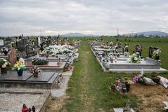TVRDOMESTICE, ESLOVAQUIA - 12 3 2016: Sepulcros, piedras sepulcrales y crucifijos en cementerio tradicional Velas votivas de lint Imagen de archivo