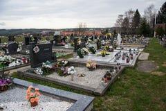 TVRDOMESTICE, ESLOVAQUIA - 12 3 2016: Sepulcros, piedras sepulcrales y crucifijos en cementerio tradicional Velas votivas de lint Imagenes de archivo
