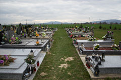 TVRDOMESTICE, SLOVACCHIA - 12 3 2016: Tombe, pietre tombali e croci sul cimitero tradizionale Candele votive di lanterna e fiori Immagine Stock