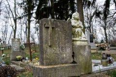 TVRDOMESTICE SLOVAKIEN - 12 3 2016: Gravar, gravstenar och kors på traditionell kyrkogård Staty av en ängel på den gamla gravvalv Arkivbilder