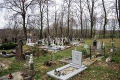 TVRDOMESTICE SLOVAKIEN - 12 3 2016: Gravar, gravstenar och kors på traditionell kyrkogård Votive stearinljus lykta och blommor Royaltyfria Foton