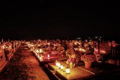TVRDOMESTICE SLOVAKIEN - 2 11 2015: Votive stearinljus lyktabränning på gravar i kyrkogård på nattetid all helgdagsafton hallows Royaltyfri Foto