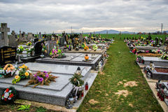 TVRDOMESTICE, SLOVAQUIE - 12 3 2016 : Tombes, pierres tombales et crucifix sur le cimetière traditionnel Bougies votives de lante Image libre de droits